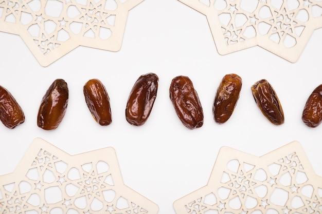 Bovenaanzicht snacks uitgelijnd op tafel voor ramadan