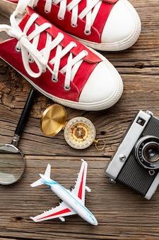 Bovenaanzicht sneakers met camera en kompas