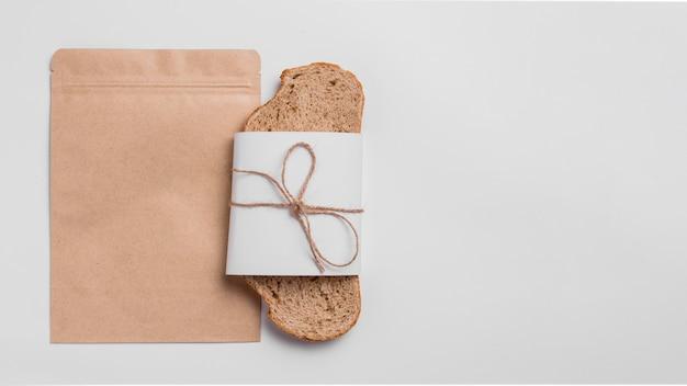 Bovenaanzicht sneetje brood met verpakking en kopie ruimte