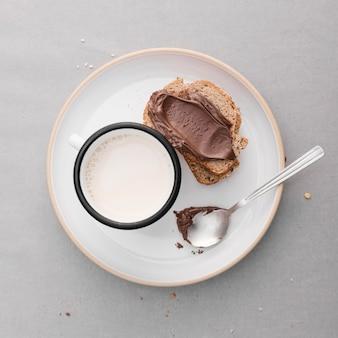 Bovenaanzicht sneetjes brood met melk