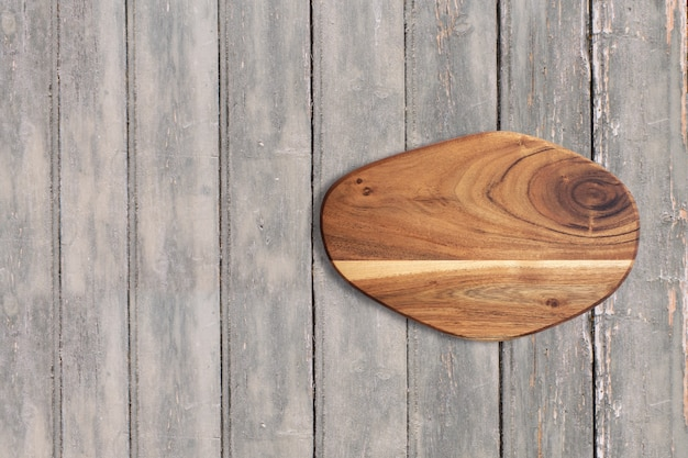 Bovenaanzicht snijplank op donkere houten vintage tafel. kopieerruimte voor tekst toegevoegd, geschikt voor uw conceptachtergrond voor eten of drinken.
