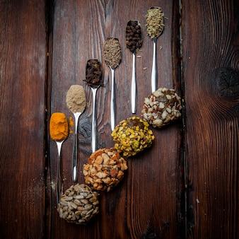 Bovenaanzicht snoep handgemaakte theelepels met kruiden voor handgemaakte snoepjes van noten, gedroogd fruit en honing