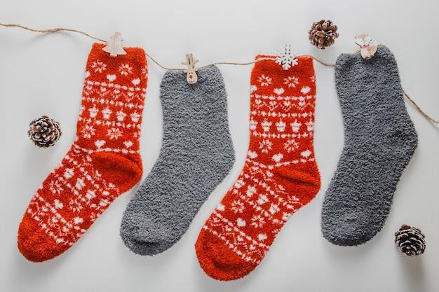 Bovenaanzicht sokken aan koord met dennenappels
