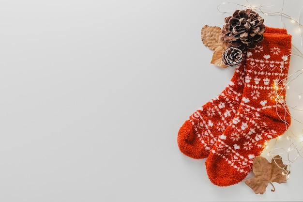 Bovenaanzicht sokken en dennenappel met kopie-ruimte