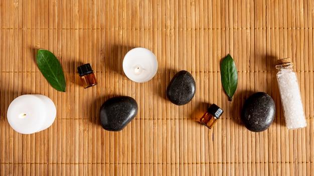 Bovenaanzicht spa arrangement met kaarsen en stenen