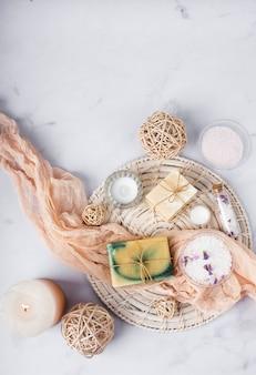 Bovenaanzicht spa-behandelingsmand met cosmetische producten