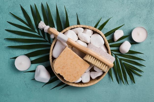 Bovenaanzicht spa borstel met zeep en stenen