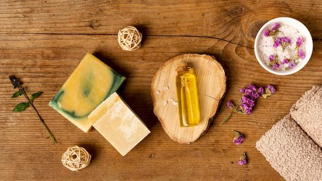 Bovenaanzicht spa concept met natuurlijke zeep