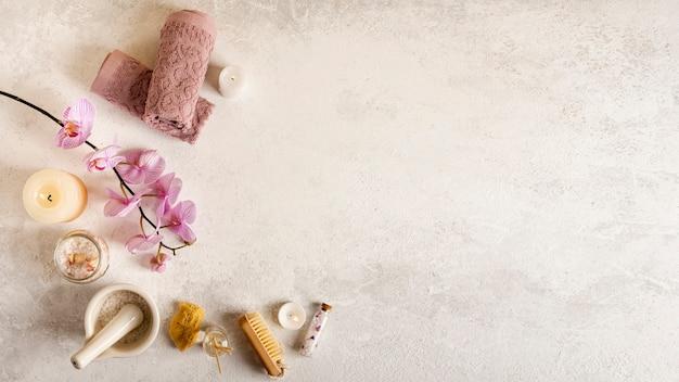 Bovenaanzicht spa decoratie met stucwerk achtergrond