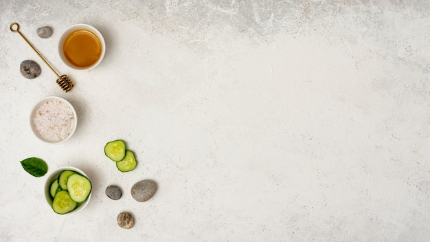 Bovenaanzicht spa frame met gesneden komkommer