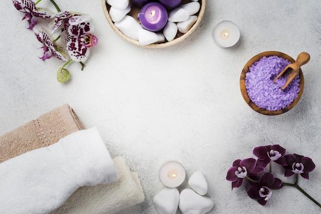 Bovenaanzicht spa handdoeken en zout op de tafel