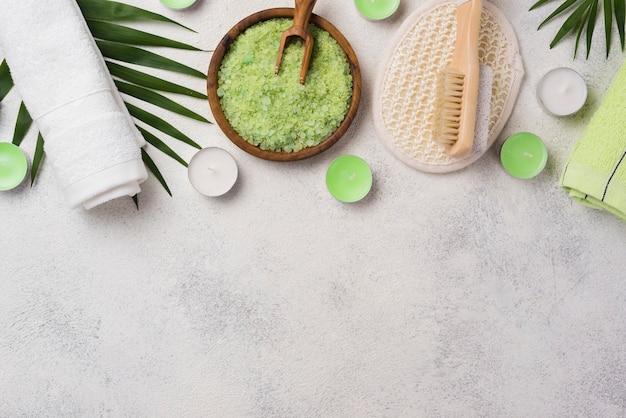 Bovenaanzicht spa kaarsen met zout en handdoek