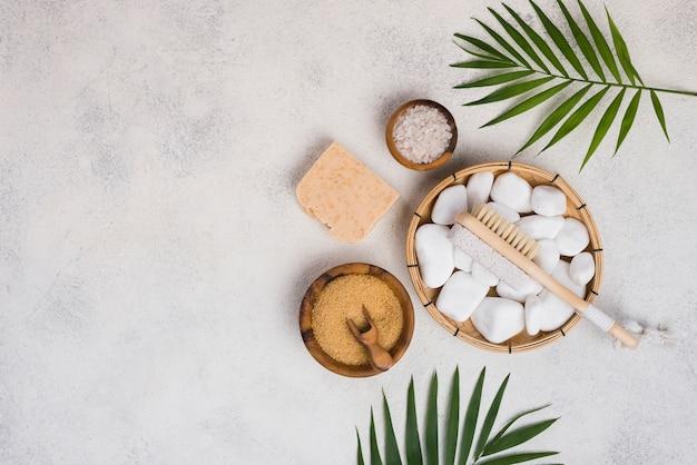 Bovenaanzicht spa stenen en zeep op de tafel