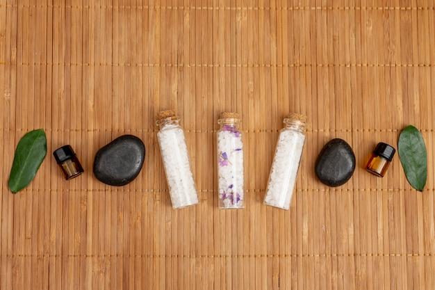 Bovenaanzicht spa zouten en stenen arrangement