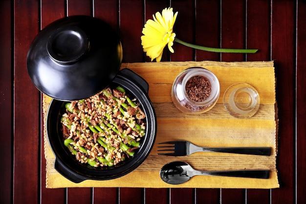 Bovenaanzicht spaanse keuken claypot paddestoel rijst