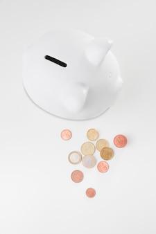 Bovenaanzicht spaarvarken met munten naast