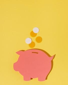 Bovenaanzicht spaarvarken op gele achtergrond