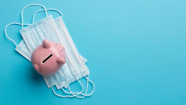Bovenaanzicht spaarvarken op gezichtsmasker