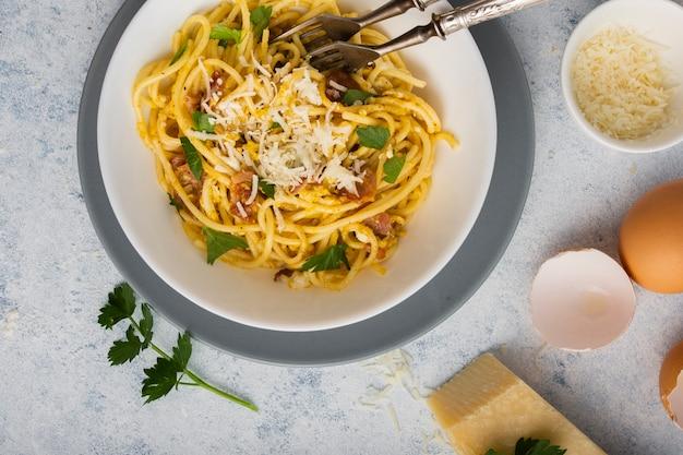 Bovenaanzicht spaghetti met parmezaanse kaaskom