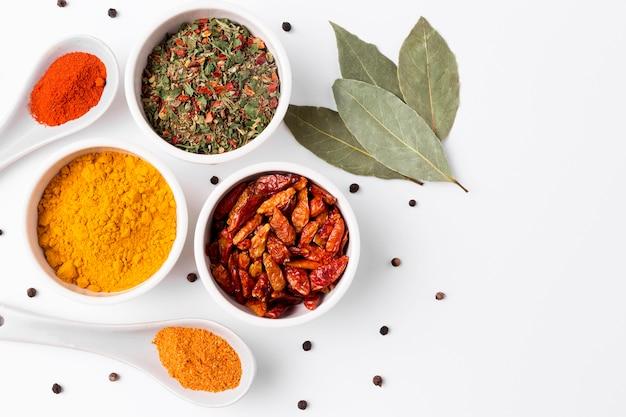 Bovenaanzicht specerijen en kruiden arrangement
