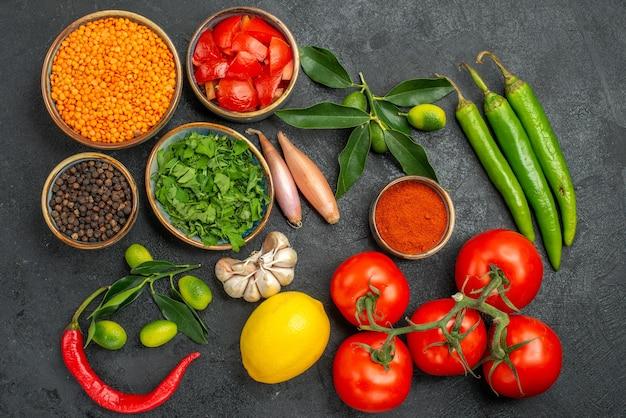 Bovenaanzicht specerijen linzen specerijen hete pepers kruiden uien tomaten knoflook citrusvruchten met bladeren