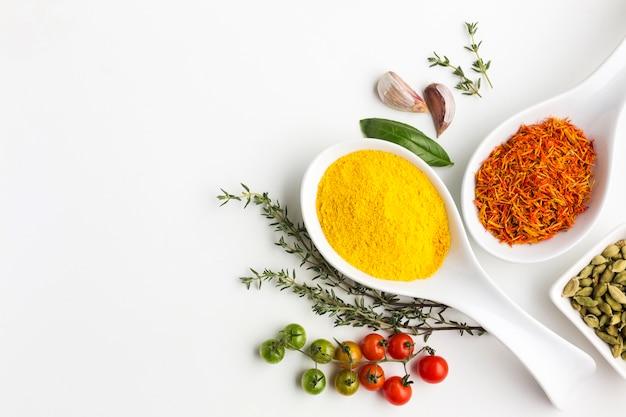 Bovenaanzicht specerijen poeder en groenten