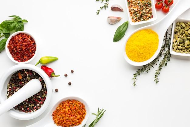 Bovenaanzicht specerijen poeder en specerijen