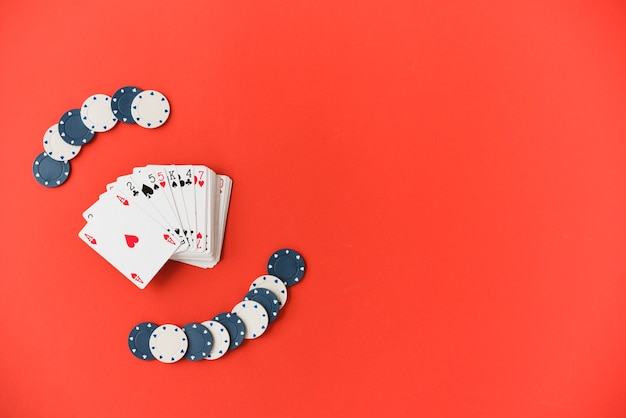 Bovenaanzicht speelkaarten met pokerchips