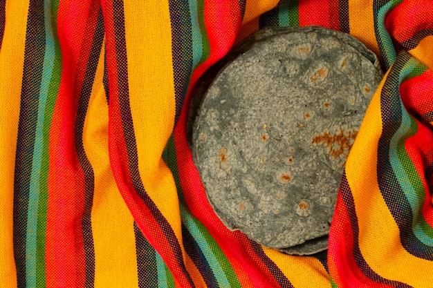 Bovenaanzicht spinazie tortilla op stof
