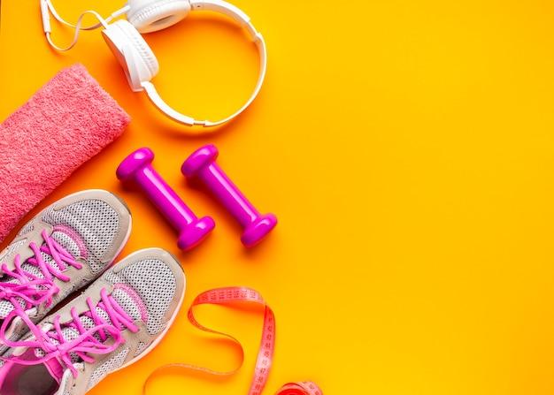 Bovenaanzicht sport attributen op gele achtergrond