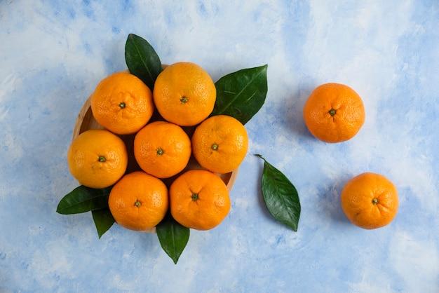 Bovenaanzicht. stapel mandarijnen met bladeren