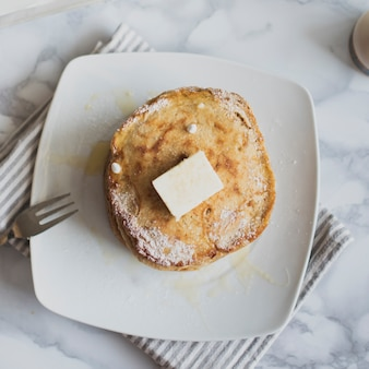 Bovenaanzicht stapel pannenkoeken met boter