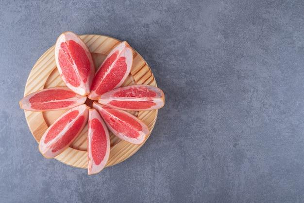 Bovenaanzicht. stapel van verse organische grapefruitplakken.