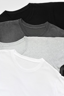 Bovenaanzicht stapel zwart, grijs en wit (zwart-wit) t-shirt