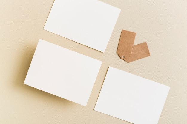 Bovenaanzicht stelletje blanco visitekaartjes