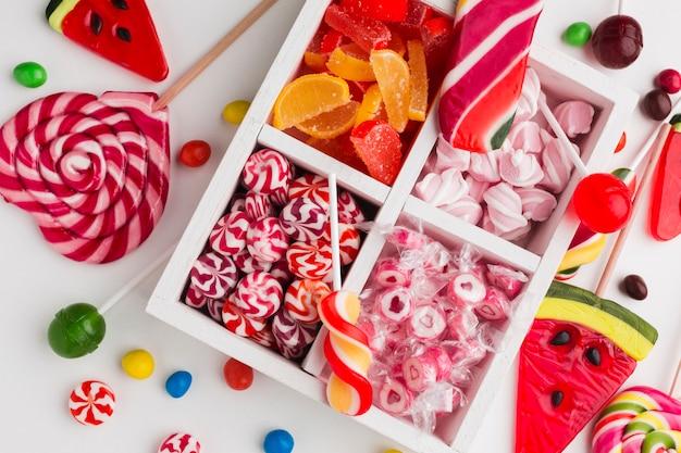 Bovenaanzicht stelletje kleurrijke snoepjes