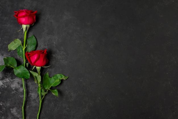 Bovenaanzicht stelletje mooie rode rozen