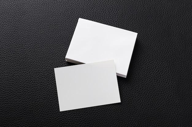 Bovenaanzicht stelletje witte visitekaartjes