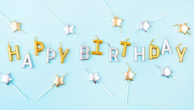 Bovenaanzicht stervormige verjaardagskaarsen