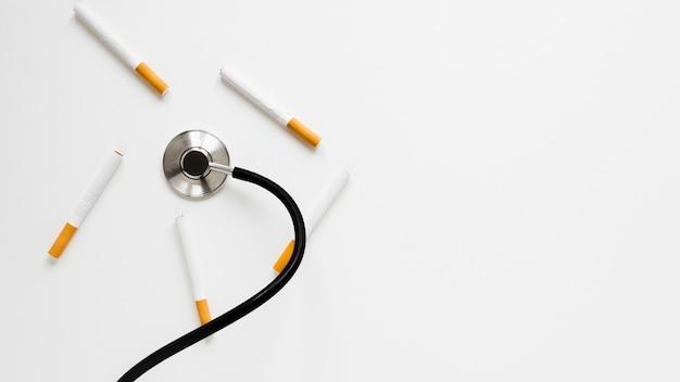 Bovenaanzicht stethoscoop met sigaretten