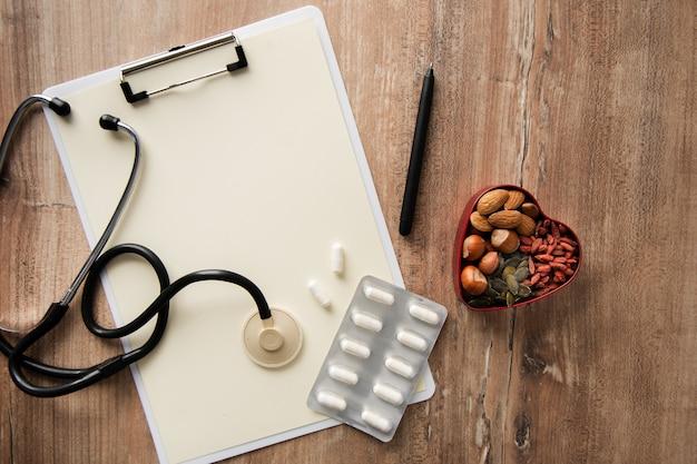 Bovenaanzicht stethoscoop met tabletten op de tafel