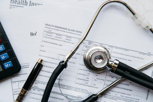 Bovenaanzicht stethoscoop op documenten