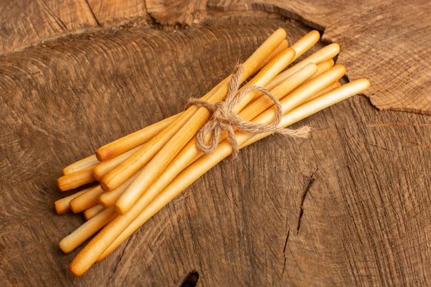Bovenaanzicht stick crackers gezouten op de houten bureau cracker scherpe snack foto