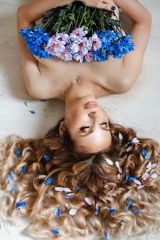 Bovenaanzicht stock foto van prachtige naakte blanke vrouw met golvend haar