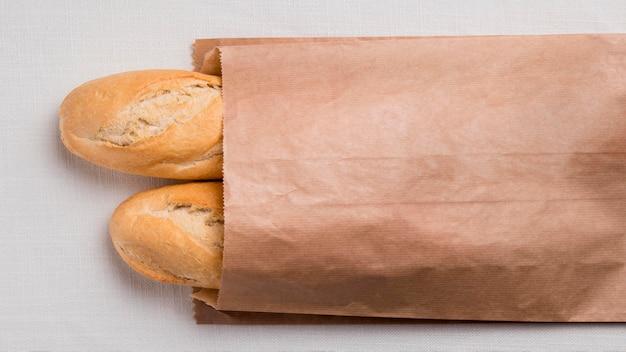 Bovenaanzicht stokbrood in papieren verpakking
