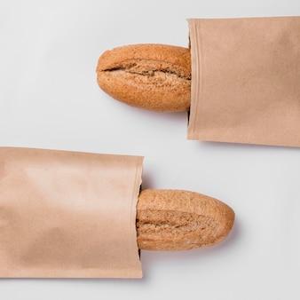 Bovenaanzicht stokbrood in verpakking