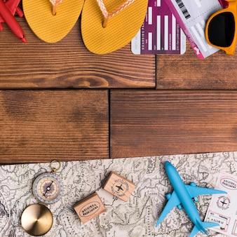 Bovenaanzicht strand slippers met kompas en wereldkaart