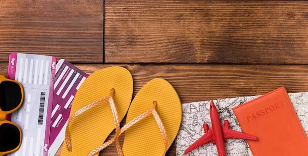 Bovenaanzicht strand slippers met paspoort op tafel