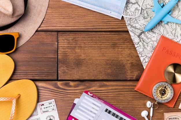 Bovenaanzicht strand slippers met wereldkaart en paspoort