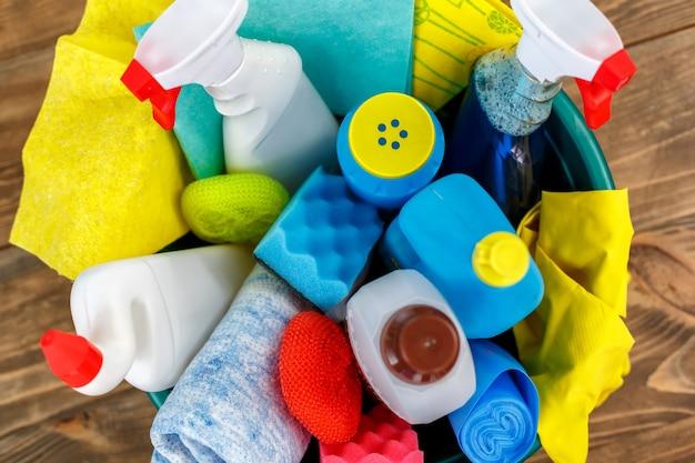 Bovenaanzicht studio-opname van de objecten van de huishoudster. er staat een kom vol flessen met desinfectiemiddel